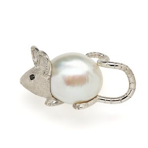 Mouse-with-pearl-body-and-diamond-details
